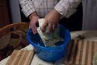 Herr Camara i Piatra Neamt, Rumänien, visar hur han förbereder fyllda paprikor för inläggning.