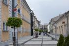 Gågatan utanför minnesfängelset i Sighet Marmatiei, Rumänien.