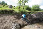 Vi korsar floden bakom mineralvattenskällan i Botiza, Rumänien.