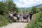 Vår vandringsgrupp med byn Botiza, Maramures, Rumänien, i bakgrunden.